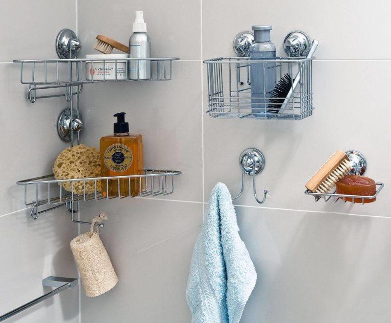 Металлические полочки с присосками на кафельной стене ванной
