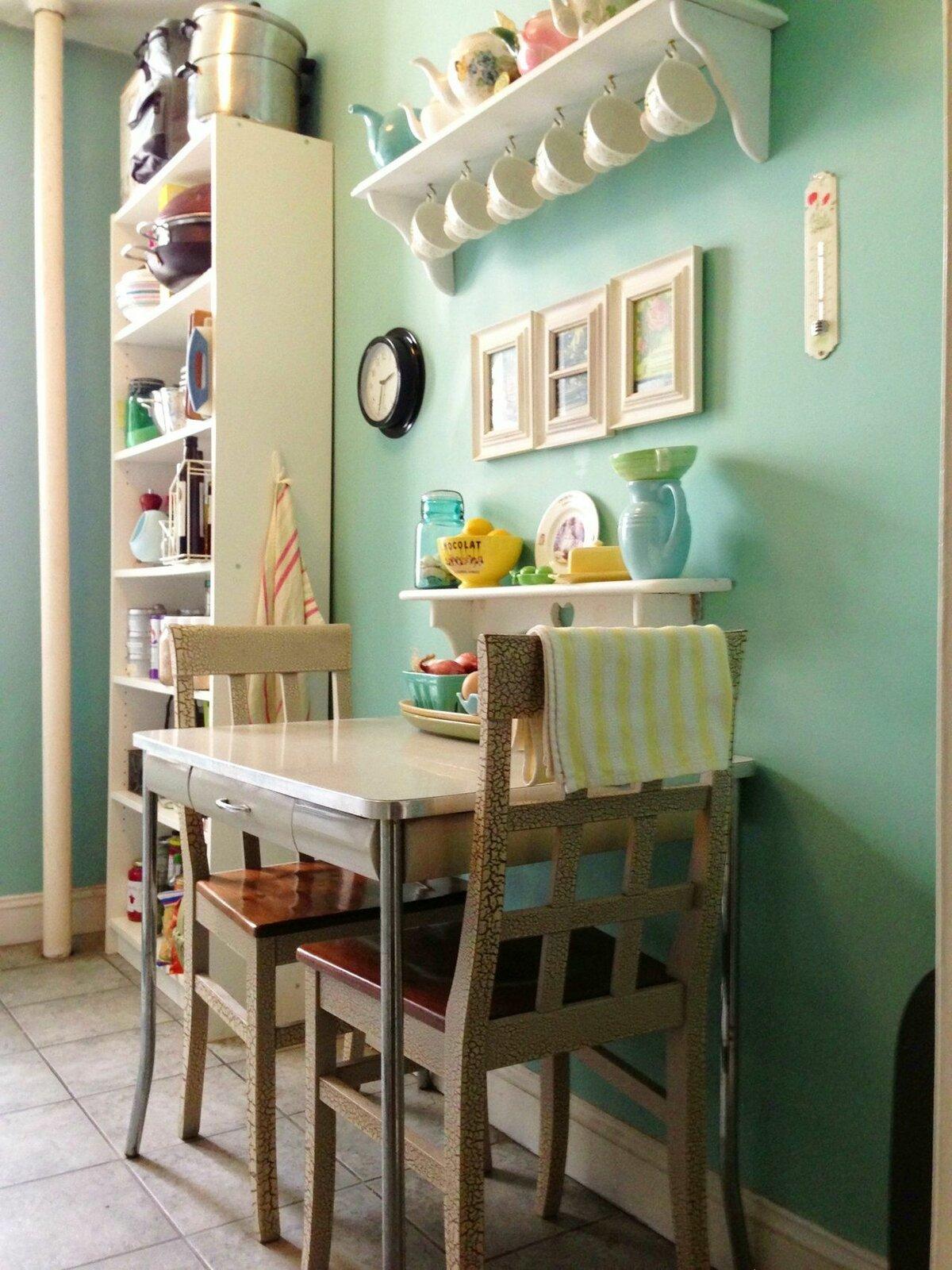Полка над кухонным столом фото