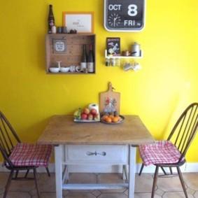 Декоративные полочки на желтой стене кухни