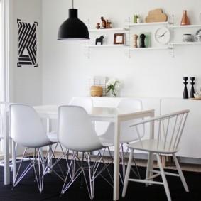 Декор открытыми полками кухонной стены