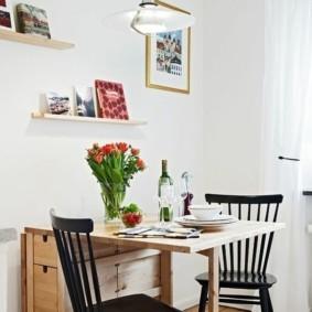 Книжки на деревянных полочках в интерьере кухни