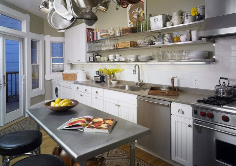 Кухонные принадлежности на длинных открытых полках