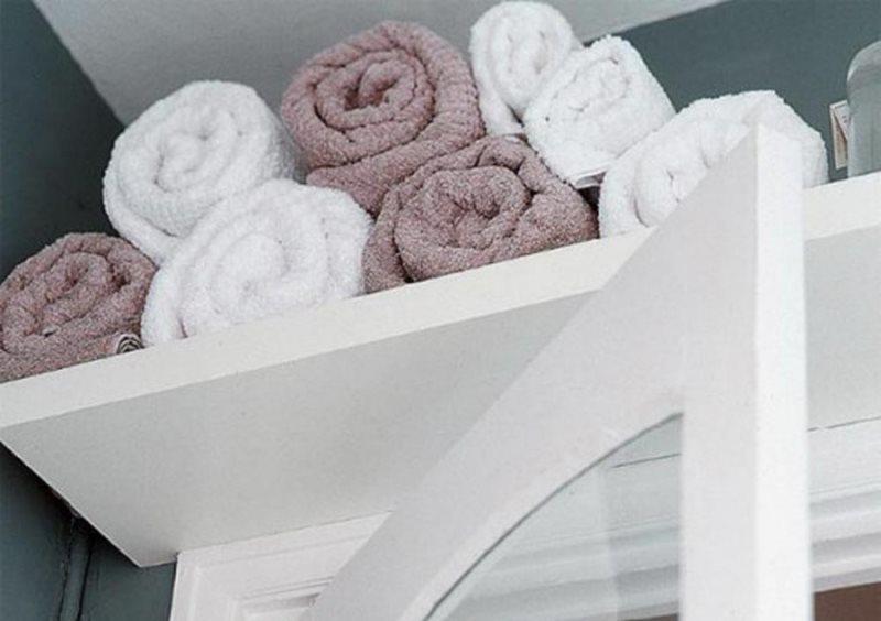 Хранение полотенец на полке в ванной комнате