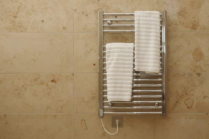 Белые полотенца на электрическом полотенцесушителе