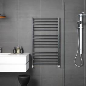 Полотенцесушитель в ванной комнате стиля минимализма