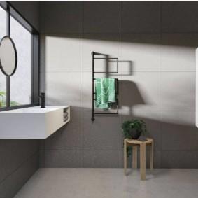 Серая плитка на стене ванной в стиле минимализма
