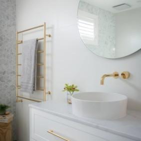Накладная раковина в классической ванной