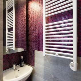 Белый полотенцесушитель в ванной с мозаикой