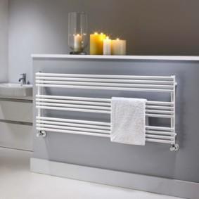 Ароматические свечи на полочке в ванной