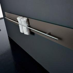 Панельный полотенцесушитель на стене ванной комнаты