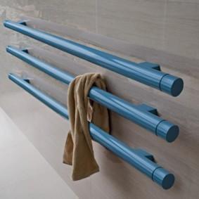 Синие трубы водяного полотенцесушителя