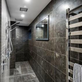 Узкая ванная комната с керамической отделкой