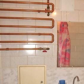 Змеевик из медных труб в ванной частного дома