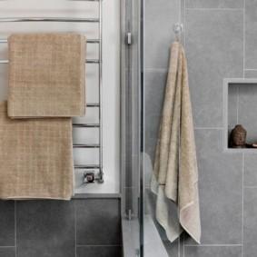 Серые стены ванной комнаты