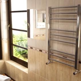 Ванная комната с окнами в загородном доме