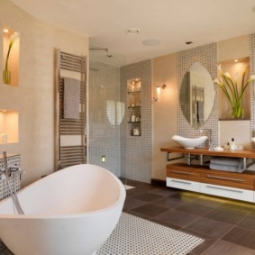 Интерьер ванной комнаты с двумя умывальниками
