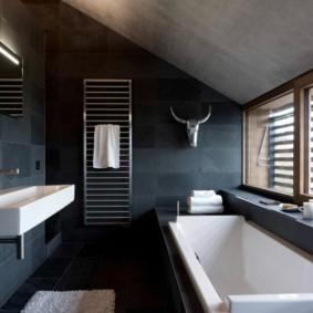 Темные стены комнаты в мансардном помещении