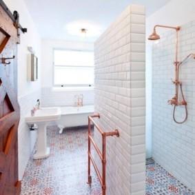 Мозаичная плитка на полу ванной