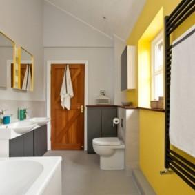 Желтая стена в интерьере ванной комнаты