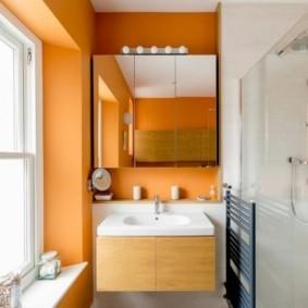 Яркая отделка стен в ванной комнате