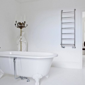 Белая ванна на фигурных лапах