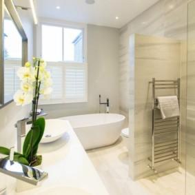 Цветущая орхидея в интерьере ванной