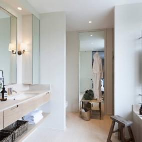 Деревянный табурет на полу в ванной