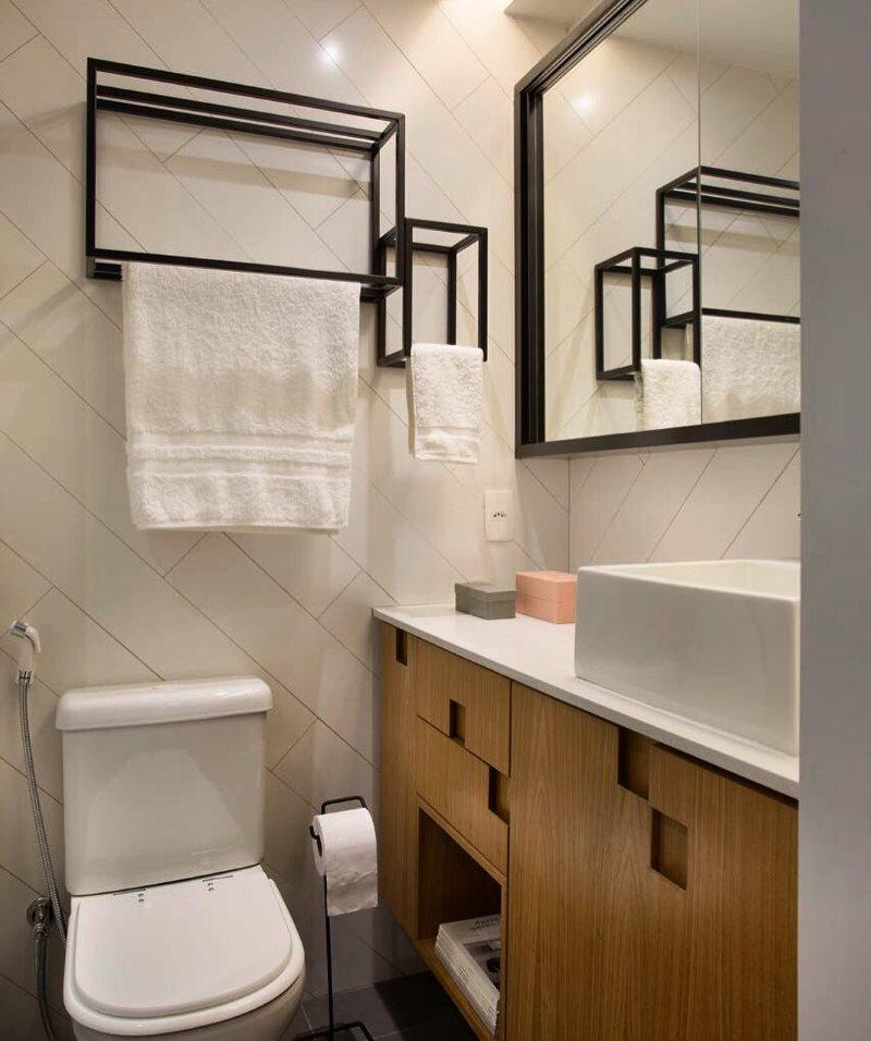 Черные рамки каркасных полотенцесушителей на светлой стене