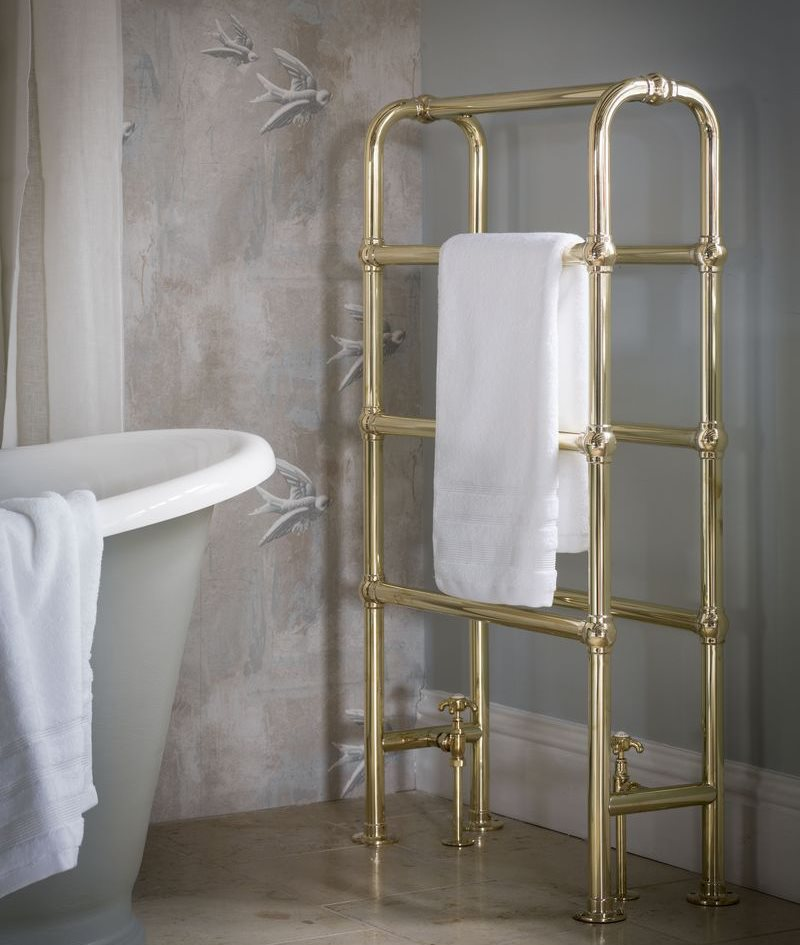 Полотенцесушитель напольного типа в ванной частного дома