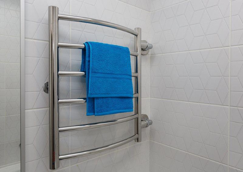Синее полотенце на сушилке водяного типа