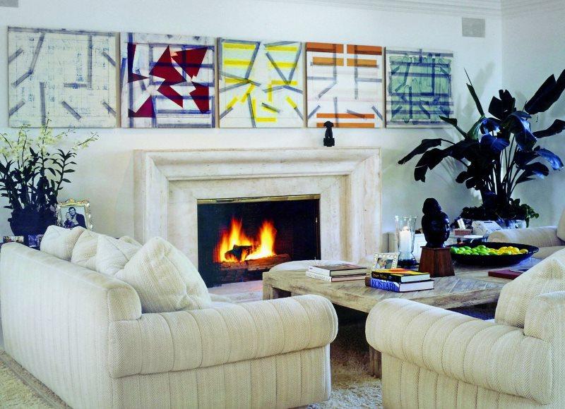 Картины в стиле кубизма над камином в гостиной