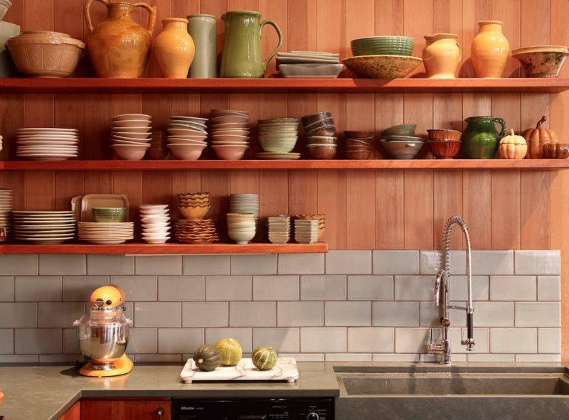 Керамическая посуда на открытых полках кухни