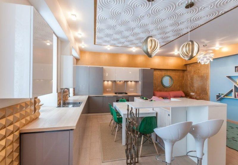 Потолок современной кухни с плиткой из пенополистирола