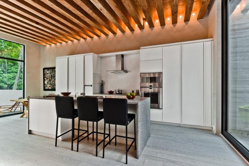 Потолок из брусьев в кухне с панорамными окнами