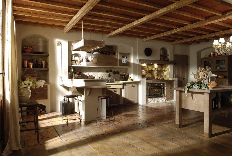 Деревянные балки на потолке кухни частного дома