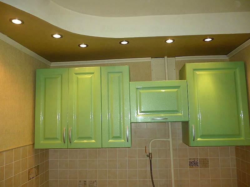 Точечные светильники на потолке кухни с салатовым гарнитуром