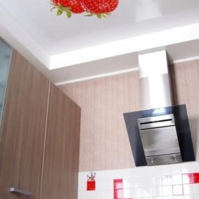 Ягода клубники на полотне натяжного потолка