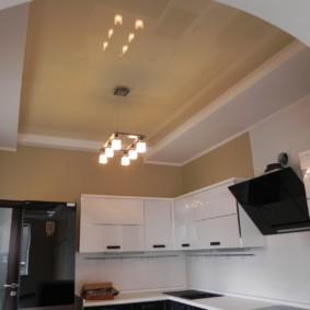 Бежевый потолок натяжного типа