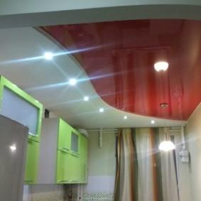 Красно-белый потолок в кухне панельного дома