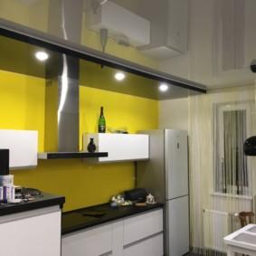 Двухуровневый натяжной потолок в кухне городской квартиры