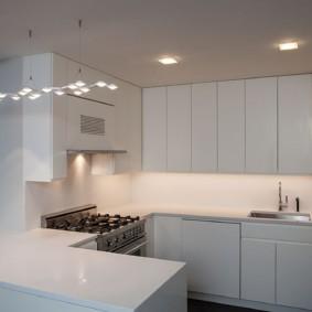 Белый потолок с точечными светильниками
