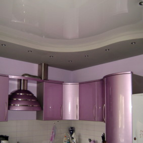 Глянцевый потолок их ПВХ в современной кухне