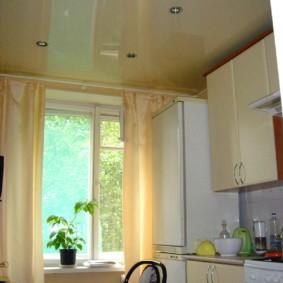 Глянцевая поверхность кухонного потолка