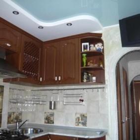 Зонирование потолком пространства маленькой кухни