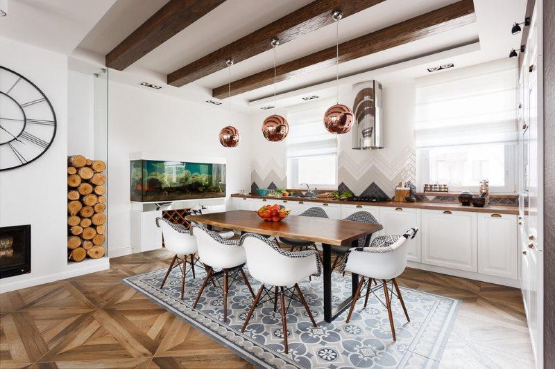 Деревянные балки коричневого цвета на потолке кухни
