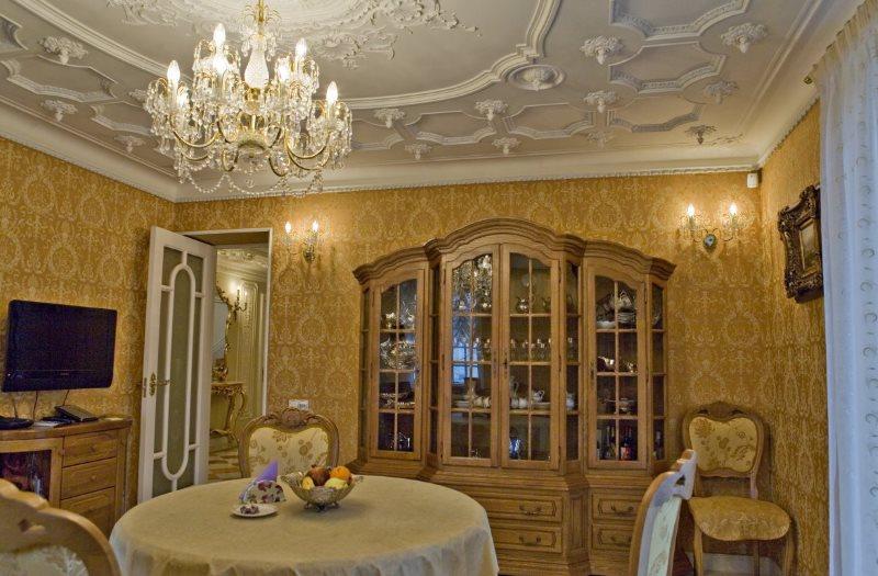 Гипсовая лепнина на кухонном потолке с люстрой