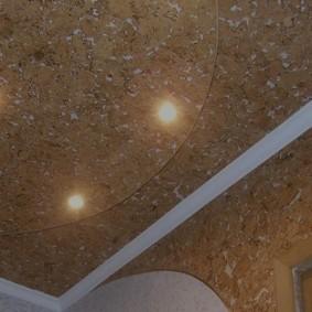 Темные пробковые панели на потолке туалета