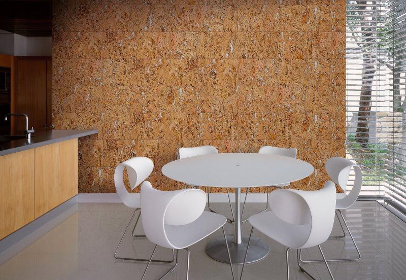 Декор стены кухни пробковыми панелями
