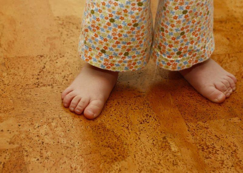 Маленький ребенок на пробковом полу в ванной комнате