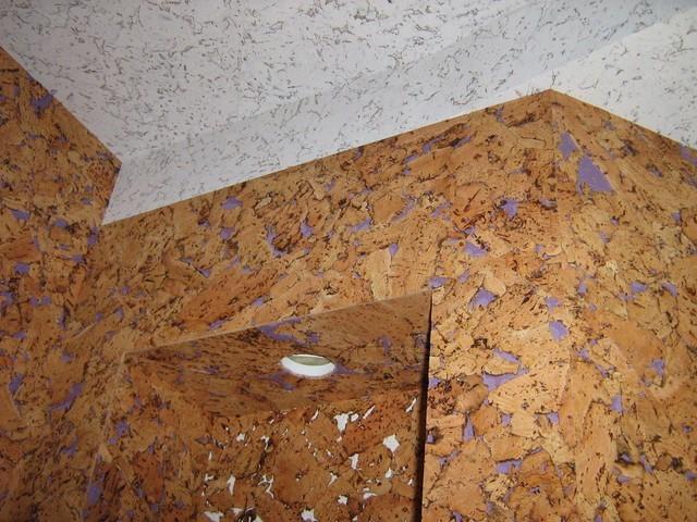 Пробковый потолок в интерьере туалета